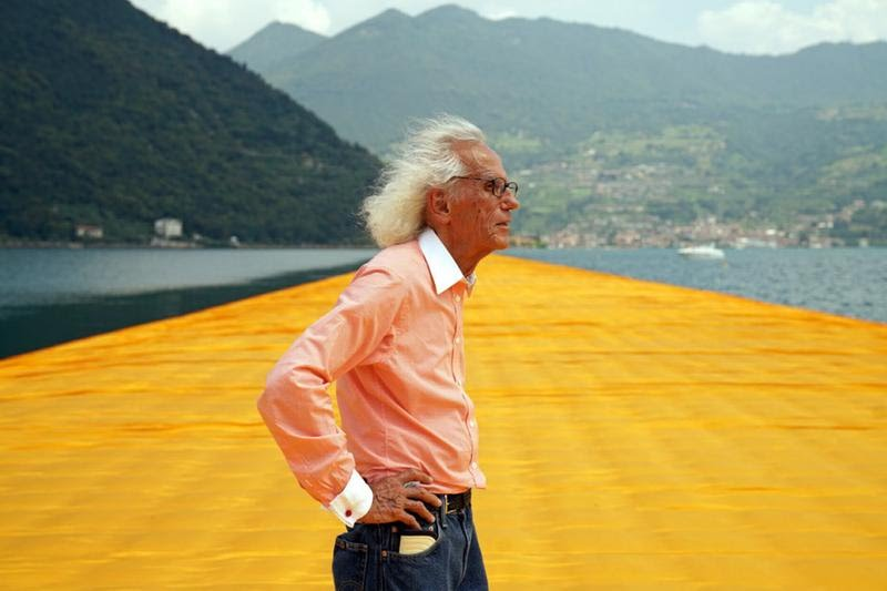 Christo sulla sua opera The Floating Piers - Foto Facebook Christo and Jeanne-Claude Official